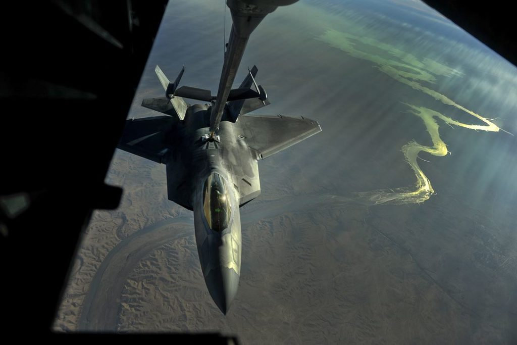 Un F-22 sorvola l'Iraq durante l'operazione Inherent Resolve