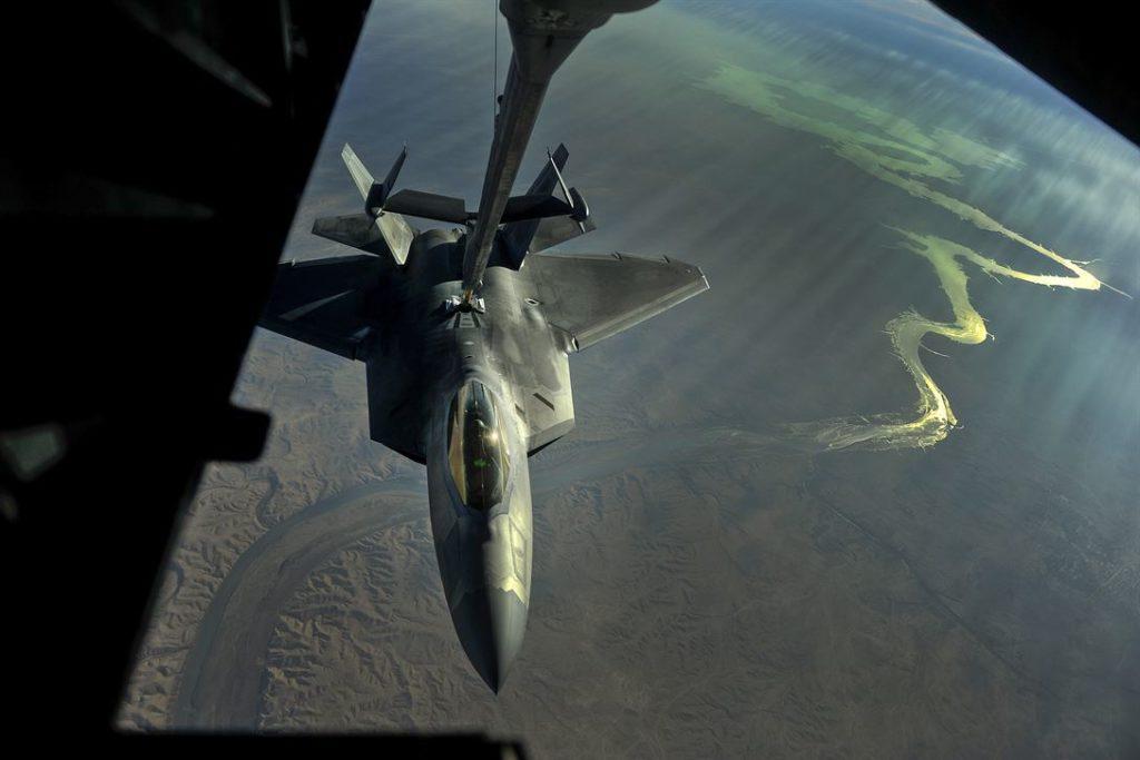 Un F-22 sorvola l'Iraq durante l'operazione Inherent Resolve